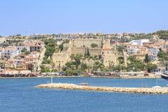 与小游艇船坞区域的Cesme城堡与小码头在Cesme, Ä°zmir 免版税库存图片
