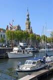 与小游艇船坞和历史建筑的城市视图费勒 免版税图库摄影