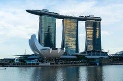 与小游艇船坞海湾沙子和ArtScience博物馆的新加坡地平线 免版税库存图片