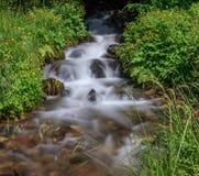 与小瀑布的美丽的瀑布在塞尔维亚 图库摄影