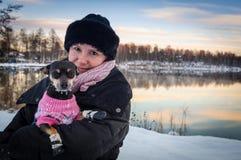 与小狗的冬天画象 库存图片