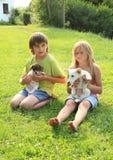 与小狗的孩子 免版税库存照片