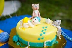 与小猫和毛线球的生日蛋糕 库存图片