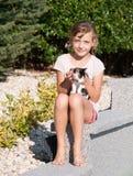 与小猫的女孩爱抚 库存照片