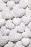 与小玫瑰的白色心脏背景 破旧的别致的样式 免版税库存图片
