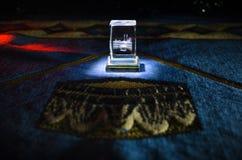 与小珠在跪垫,穆斯林Tasbih的圣洁古兰经是与一起由穆斯林传统上使用念珠的串  免版税库存照片