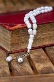 与小珠的圣洁古兰经 库存照片