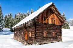 与小瑞士山中的牧人小屋的美好的冬天风景 免版税库存图片