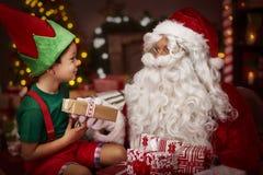 与小男孩的圣诞老人 库存图片