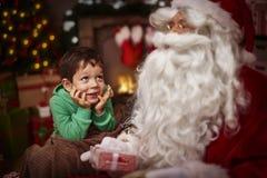 与小男孩的圣诞老人 库存照片