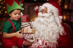 与小男孩的圣诞老人 免版税库存图片
