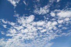 与小白色云彩的夏天蓝天 免版税库存照片