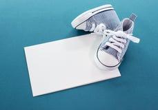 与小的体育运动鞋子的男婴看板卡 库存照片