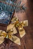 与小的响铃和镜子迪斯科bal的两把金黄圣诞节弓 免版税库存图片