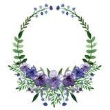 与小的紫罗兰色花和鲜绿色的叶子的水彩花圈 免版税库存照片