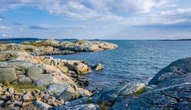 与小石头和岩石的沿海小条 免版税库存照片
