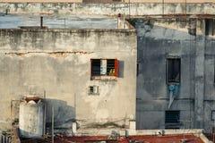 与小窗口的下落的分开老葡萄酒减速火箭的样式大厦在墙壁 免版税库存图片