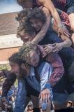 与小笛kaamos小组的杂技演员展示在街道场面节日在牟罗兹 库存照片