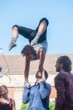 与小笛kaamos小组的杂技演员展示在街道场面节日在牟罗兹 免版税库存照片
