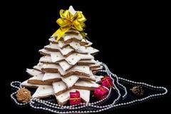 与小红色礼物和12月的自创姜饼圣诞树 库存图片