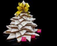 与小红色礼物的大自创姜饼圣诞树 免版税库存图片