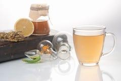 与小罐和杯子的绿茶 免版税库存图片