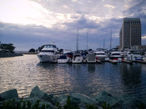与小船和一家街市旅馆摩天大楼的圣地亚哥口岸 库存图片