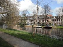 与小船和房子的河侧视图 库存图片