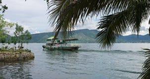 与小船和棕榈树的多巴湖风景 股票视频