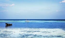 与小船和海的美好的热带风景 平静的背景 库存图片