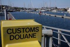与小船和风俗标志的一个海湾 免版税库存照片
