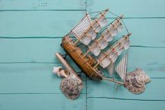 与小船模型和壳的创造性的舱内甲板位置旅行概念 库存照片