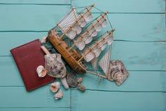 与小船模型和壳的创造性的舱内甲板位置旅行概念 免版税库存图片