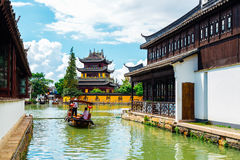 与小船的中国传统建筑学在上海朱家角水镇运河  库存照片