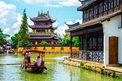 与小船的中国传统建筑学在上海朱家角水镇运河  免版税库存照片