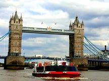与小船的伦敦塔桥 免版税图库摄影