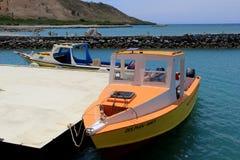 与小船的出色的意见停泊了在码头,金黄点手段,斐济, 2015年 免版税图库摄影