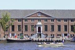 与小船的埃尔米塔日博物馆在运河,阿姆斯特丹。 库存图片