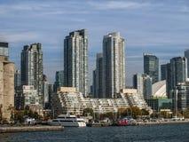 与小船的多伦多地平线 免版税库存照片
