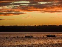与小船的富有的金黄日落 免版税库存照片