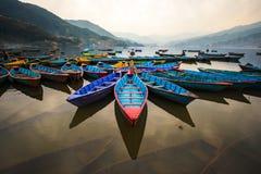 与小船的微明在Phewa湖,博克拉,尼泊尔 图库摄影