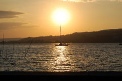 与小船的日落 图库摄影
