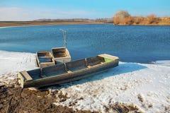 与小船的早春天风景 免版税库存照片
