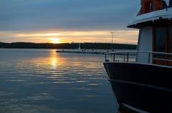 与小船的海日落在港口 库存图片