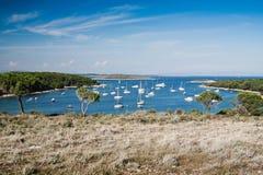 与小船的海湾在Kamenjak 免版税库存照片