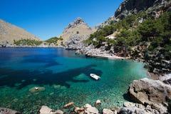 与小船的海湾在Mallorca 免版税图库摄影