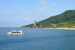 与小船的海滩在萨尼亚 免版税图库摄影