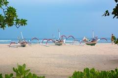 与小船的海滩 免版税库存图片