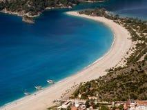 与小船的海滩在土耳其 库存图片