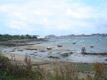 与小船的海滩在海 免版税库存照片